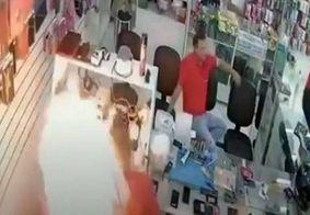 Vídeo: celular explode dentro de loja de assistência técnica