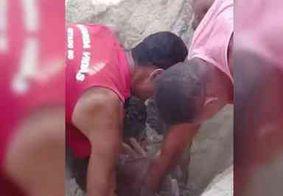 Jovem brinca de se enterrar na areia e é socorrido em estado grave por asfixia