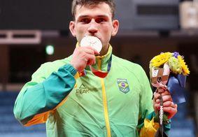 Daniel beijando a medalha de bronze nas Olimpíadas de Tóquio.