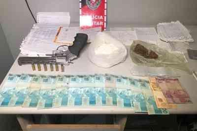 Suspeito de tráfico tenta se esconder da PM e é preso com arma, drogas e dinheiro