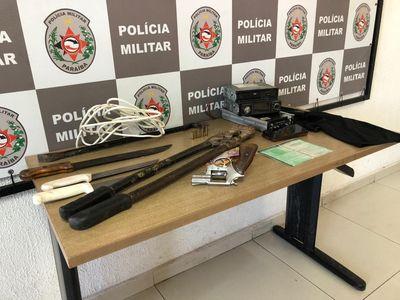 Material encontrado dentro do veículo com os suspeitos.