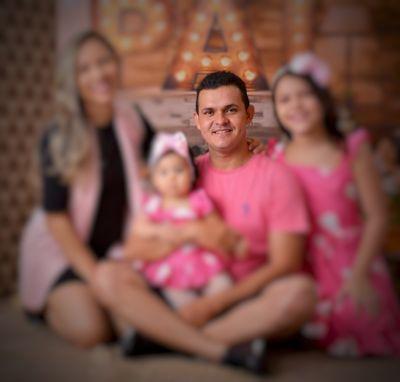 Kelton Marques ao lado da esposa e filhas.