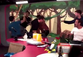 Vídeo | Apresentador e convidado trocam socos durante briga ao vivo