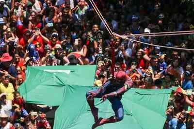 """Heróis ganham ladeiras em Olinda e """"Homem-Aranha"""" desce tirolesa"""
