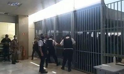 Manifestantes bolsonaristas tentam invadir Ministério da Saúde