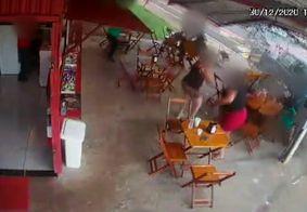 Carro invade pastelaria, atropela clientes e mata pastor; veja o vídeo