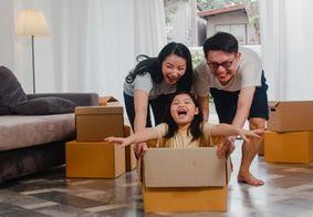 Legenda: Felicidade de estar na casa nova, ou reformada