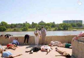 Noivos se casam na pandemia e pedem para convidados se fingirem de mortos
