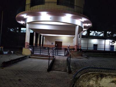 Homem é encontrado esfaqueado em frente à escola de João Pessoa