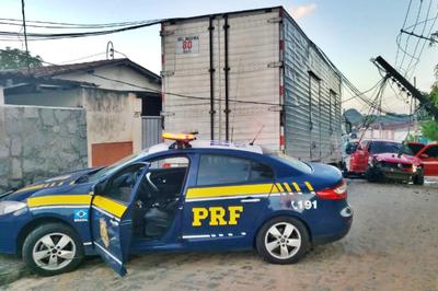 Suspeito de assalto acidentado durante perseguição em JP recebe alta e é levado para a delegacia