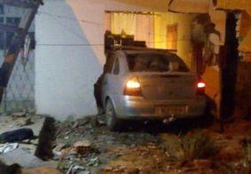 Motorista perde controle direção e invade residência em João Pessoa
