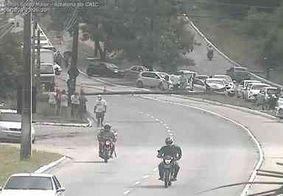 Colisão entre carro e poste bloqueia parte de avenida que liga Mangabeira ao José Américo