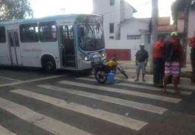 Ônibus se choca com motocicleta e quase atropela condutor