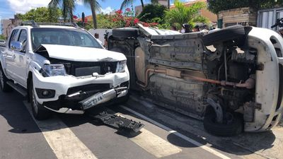 Colisão entre veículos em cruzamento deixa homem preso às ferragens, em João Pessoa