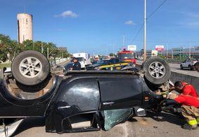 Motorista cochila ao volante e provoca capotamento em viaduto de João Pessoa