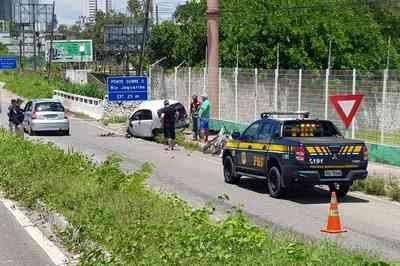Vídeo: carro cai de viaduto após bater em poste na BR-230, em João Pessoa