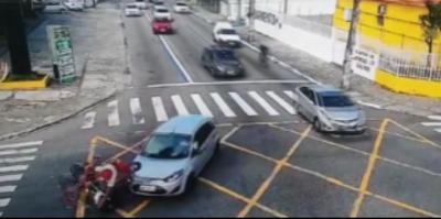 Câmeras da Semob registram colisão entre carro e moto em João Pessoa