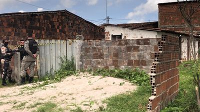 Mulher é encontrada morta com golpes de faca dentro da própria casa; suspeito é o ex-marido