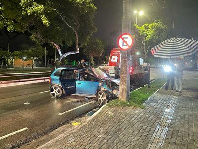Motorista sem CNH e com suspeita de embriaguez bate em poste