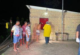 Pai chora mortes dos filhos em frente à porta da residência onde crime aconteceu.