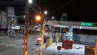 Bandidos usam caminhão de lixo para roubar posto de gasolina em João Pessoa