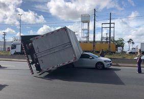 Caminhão tomba sobre carro e deixa trânsito lento na BR-230, em João Pessoa