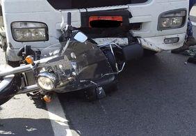 Vídeo: homem fica pendurado e tem moto arrastada por caminhão, em SC