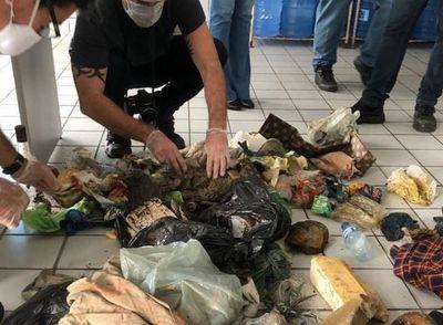 Embalagens plásticas, garrafas e peças de roupa estavam entre o material examinado
