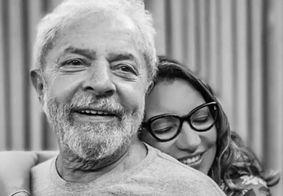 """Namorada posta foto romântica ao lado de Lula: """"O amor venceu"""""""