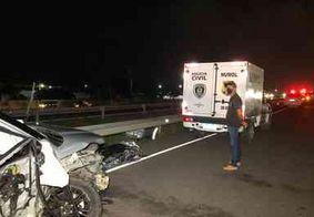 Homem morre após perder controle da direção e colidir em dois caminhões, na BR-230, em Santa Rita