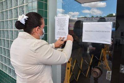 Luciene Gomes (foto) fixou os cartazes na entrada da unidades de Saúde