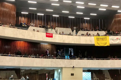 Contra mudanças na aposentadoria, servidores invadem prédio da Assembleia Legislativa do Paraná