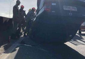 Capotamento deixa mulher ferida em viaduto da BR-230, em João Pessoa