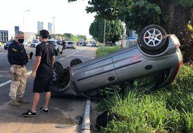 Motorista perde controle e capota carro em João Pessoa