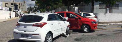 Acidente termina com 'sanduíche' de carro em João Pessoa; veja fotos