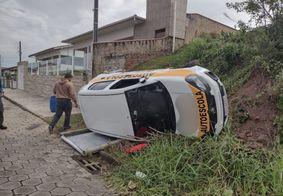 Mulher capota carro de autoescola durante prova em Santa Catarina