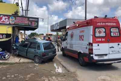 Motorista perde controle de veículo e deixa feridos em João Pessoa