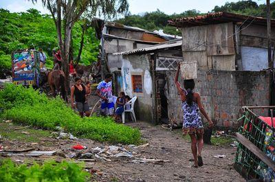 População pobre terá dificuldades em isolamento, afirma infectologista
