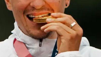 Entenda o porquê de atletas morderem suas medalhas nas Olimpíadas