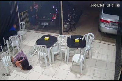 Vídeo mostra momento em que mãe usa o corpo para proteger filho de tiro; veja
