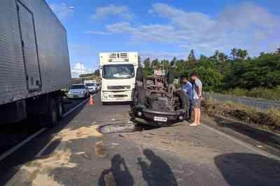 Carro capota após bater em caminhão na BR-230, em João Pessoa