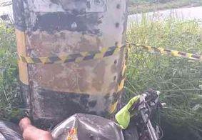 Motociclista morre após colidir veículo em poste