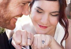 Longe da tradição: casais trocam alianças por tatuagens no dedo anelar