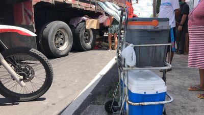Ambulante desmaia e quase é atropelado por caminhão em João Pessoa