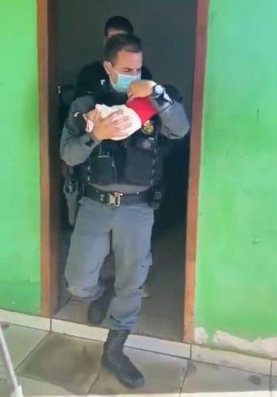 Um bebê de dois meses foi abandonado em uma boca de fumo