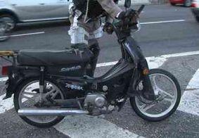 Acidente entre carro e moto deixa idoso ferido com suspeita de traumatismo craniano