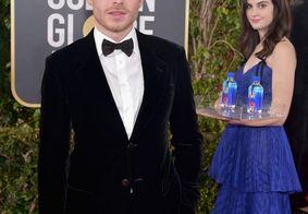 'Moça da água' chama atenção por aparecer em fotos de vários artistas no Globo de Ouro