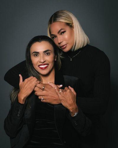 Jogadoras Marta e Toni Pressley anunciam casamento