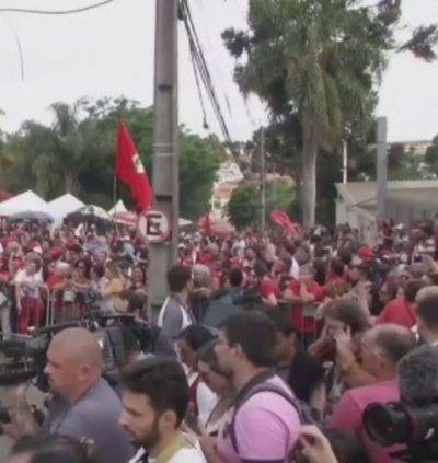 Militantes se mobilizam em frente à Polícia Federal de Curitiba e aguardam saída de Lula