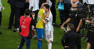 Neymar é consolado por Messi após derrota para Argentina na Copa América